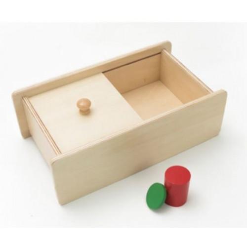 Skříňka s posuvným víkem na vhazování hranolu a žetonu