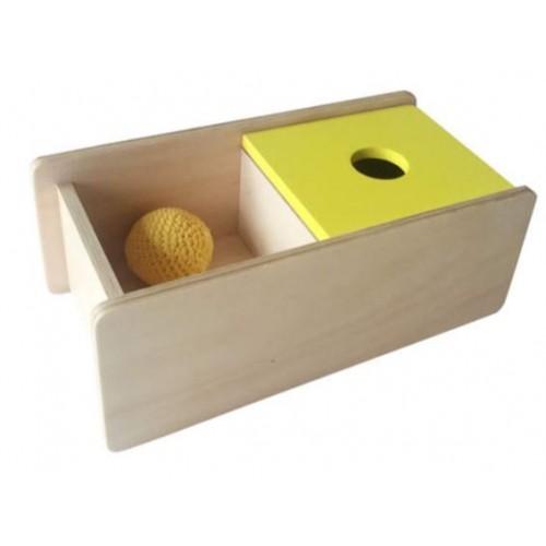 Skříňka s překlopným víkem na vhazování pleteného míčku